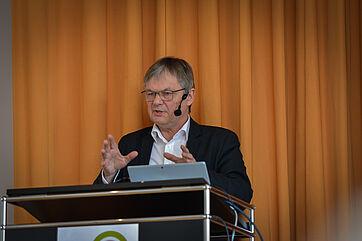 Der Gerontologe und Jurist Prof. Dr. Thomas Klie von der Ev. Hochschule Freiburg am Rednerpult, beim KWA Symposium 2019