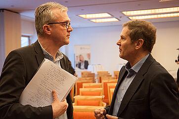 Georg Sigl-Lehner, Präsident der Vereinigung der Pflegenden in Bayern (links), und Hermann Imhoff, Pflegebeauftragter der Bayer. Staatsregierung