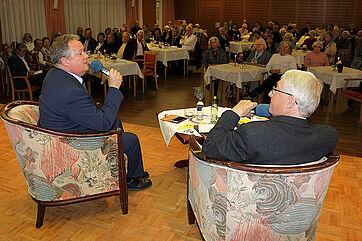 Niederberger und Schmutz diskutieren angeregt über die Kommunalpolitik.