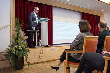 Sowohl Stiftsdirektorin Petra Werle als auch die beiden KWA Vorstände zeigten sich äußert interessiert an Reformvorschlägen, die auch Jens Spahn vorliegen. Was auf politischer Ebene am Ende beschlossen wird, ist von Trägern und Einrichtungsleitern in die Praxis umzusetzen.