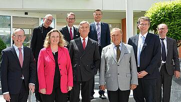Der neu gewählte Aufsichtsrat der KWA gAG und der KWA Vorstand, hier vor dem KWA Georg-Brauchle-Haus in München. 1. Reihe von links: Dr. Stefan Arend (KWA Vorstand), Kerstin Schreyer-Stäblein, Wolf-Dieter Krause, Prof. Dr. Manfred Matusza (Aufsichtsratsvors.), Markus Blume, Horst Schmieder (KWA Vorstand); 2. Reihe v. l. Prof. Dr. Roland Schmidt, Prof. Dr. Ekkehart Meroth (stv. Aufsichtsratsvors.), Joachim Limberger (Ersatzmitglied)