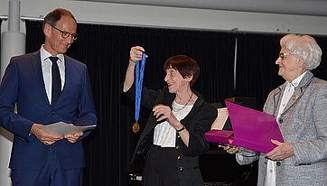 Gertraud Kettermann (mitten) und Hildegard Hederer ehren den scheidenden Stiftsdirektor Manfred Zwick im Namen des Stiftsbeirats für die langjährige gute Zusammenarbeit mit einer Urkunde, einer Medaille und einem Erinnerungsbuch.