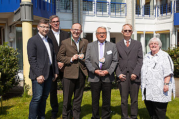 Von links: Peter Sommer (Leiter des Sozialamtes Bottrop), Arnd-Werner Schug (Stiftsdirektor im KWA Stift Urbana im Stadtgarten), Dr. Stefan Arend (KWA Vorstand), Klaus Strehl (Erster Bürgermeister der Stadt Bottrop), Dr. Peter Speckamp (Beiratsvorsitzender), Jutta Pfingsten (Vorsitzende des Seniorenbeirats der Stadt Bottrop)