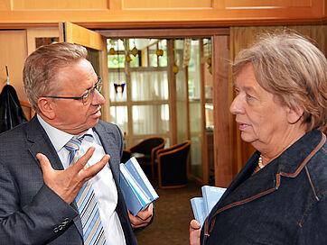 Jurymitglied Dr. Harald Parigger und Johanna Rumschöttel fachsimpeln über den Literaturwettbewerb.