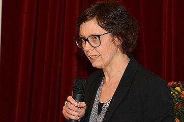 """Claudia Menebröcker vom Caritasverband für das Erzbistum Paderborn stellte beim KWA Symposium das Projekt """"CariFair"""" vor"""