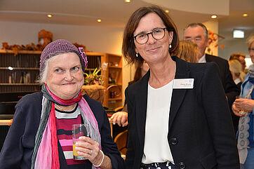 Stiftsdirektorin Petra Werle (rechts) und Ehrengast Hannelore Brauchle - sie ist die Tochter des Namensgebers Georg Brauchle.
