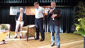 Stiftsdirektor Herbert Schlecht begrüßt den Talkgast und das Publikum.