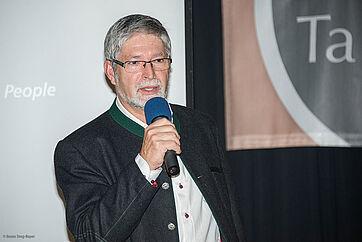 Stiftsdirektor Herbert Schlecht bedankt sich beim Talk-Gast Harald Jacoby
