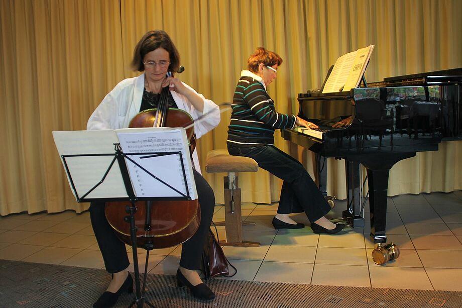 Martina Steenken am Cello und Ludmilla Lissovaja am Klavier begeisterten die Bewohner mit Kammermusik.