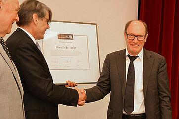 Der scheidende KWA Aufsichtsratsvorsitzende Uwe Freiherr von Saalfeld dankt KWA Vorstand Horst Schmieder (rechts im Bild) für sein Engagement zum Wohle des Unternehmens