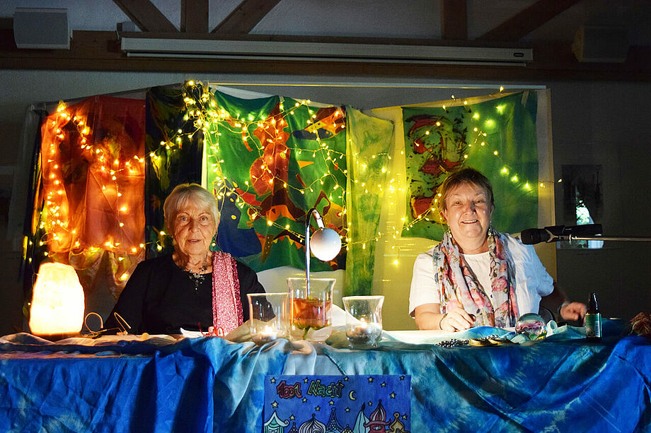 """Mit """"Märchen aus 1001 Nacht"""" feierte unsere langjährige Leiterin der sozialen Betreuung, Gundi Edhofer-Simon, ihr Dienstjubiläum. Sie ist schon seit 30 Jahren eine gute Fee im KWA Stift am Parksee. Als zweite Vorleserin brachte sich Bewohnerin Jutta Sebald ein."""