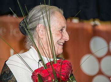 Dass Angela Rosengart einen Rosenstrauß bekommt, ist Ehrensache angesichts des Namens, zumal sie verraten hatte, dass sie in einem Haus aufgewachsen ist, dass – genau wie das Wohnstift – Rosenau hieß.