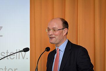 Arne Herz, stv. Bezirksbürgermeister von Charlottenburg-Wilmersdorf, bei seinem Grußwort im Berliner KWA Wohnstift