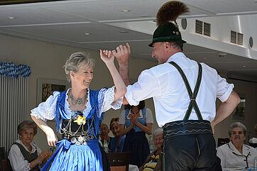Tanzpaar in traditioneller Münchner Tracht