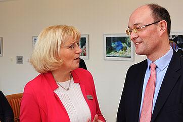 Stiftsdirektorin Monika Belowski und der stv. Bezirksbürgermeister Arne Herz