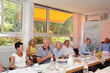 Der Stiftsbeiratsvorsitzende Ralf-Joachim Fischer (3. v. l.) sprach als Bewohnervertreter