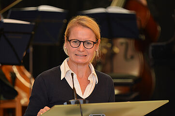 Stadträtin Anja Burkhardt bei ihrem Grußwort zum Jubiläum im KWA Georg-Brauchle-Haus.