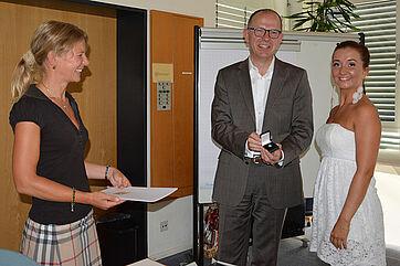 Die Schulleiterin der Fachakademie für Sozialpädagogik Bettina Schmidbauer, KWA Vorstand Dr. Stefan Arend und Schülerin Ingrid Allwang