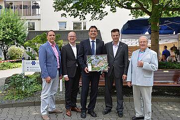 von links: Klaus Kreß (Stadtverwaltung), KWA Vorstand Dr. Stefan Arend, Stiftsdirektor Andreas Lorz, Bürgermeister Armin Häuser, Stiftsbeiratsvorsitzender Fred Rauch