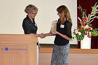 Stiftsdirektorin Ileana Rupp bedankt sich bei Sylvia Kern für den Impulsvortrag zum Fachtag Demenz im KWA Kurstift Bad Dürrheim