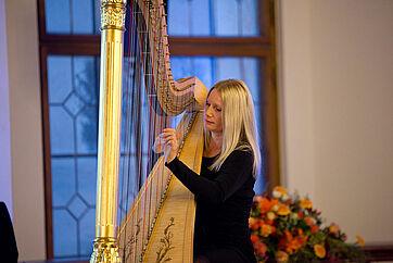 Harfenistin Evelyn Huber