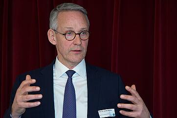 """Prof. Dr. Harald Schmitz, Vorstandsvorsitzender der Bank für Sozialwirtschaft, referierte beim KWA Symposium 2020 zum Thema """"Kassensturz"""" über die Sozialbranche, Investoren und Finanzierungen."""