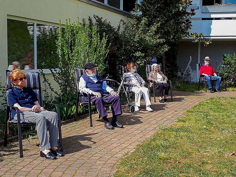 Gespannt lauschen die Bewohner im KWA Parkstift Hahnhof den Klängen eines außergewöhnlichen Open Air-Konzerts im Stiftspark ...