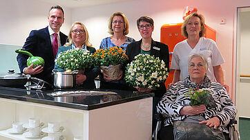 In der Wohnküche des Refugiums, die gemeinschaftlich genutzt werden kann; von links: Marco Kuhn-Schönbeck (Stiftsdirektor), Martha Maraß (Mitarbeiterin), Michèle Biener (Bezugspflegefachkraft), Nicole Schrader-Husemann (Leitung Assistenzbereich), Natascha Ries (Fachkraft), Heidi Voges (Interessentin)