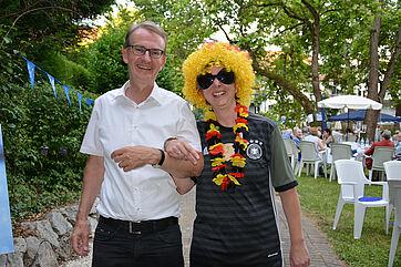 Ekkehart Meroth, stv. Vorsitzender im KWA Aufsichtsrat, hier mit einer Mitarbeiterin des Hauses