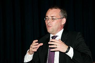 Minister Peter Friedrich bei seinen Ausführungen zum Talk in der Rosenau