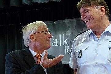 Talk im KWA Parkstift Rosenau in Konstanz mit dem Polizeipräsidenten von Konstanz Ekkehard Falk; links Moderator Stephan Schmutz.