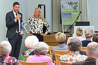 Stiftsdirektor Marius Schulze Beiering mit Referentin Dr. med. Saskia von Sanden: beim Gesundheitstag im KWA Parkstift Hahnhof in Baden-Baden