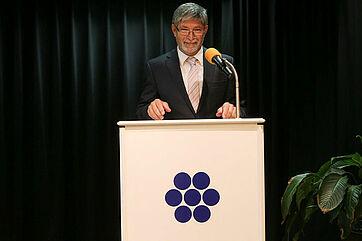 Herbert Schlecht, Stiftsdirektor im KWA Parkstift Rosenau, verweist anlässlich des Talk-Jubiläums auf die bisherigen, durchwegs interessanten Talk-Gäste und begrüßt unter dem Beifall des Publikums Monique Würtz und Edzard Reuter.