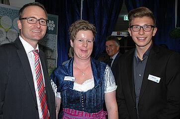 Verwaltungsleiter Michael Hisch mit Mitarbeiterin Doris Pfaller und einem Auszubildenden