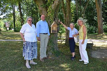 Thomas Schurr, Geschäftsführer der KWA Betriebs- und Servicegesellschaft, initiierte das Projekt; hier im Bild mit den Zukunftspionierinnen Liselotte Pfeiffer (links) und Margita Vosswinkel (am Insektenhotel); rechts Corina Mayer (Projektbetreuung vor Ort)