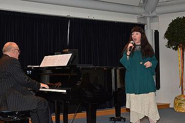 Das Duo >con emozione< setzte musikalische Akzente, unter anderem mit Versen von Theodor Fontane, zu denen der Pianist, Norbert Fietzke, Musik komponiert hat.