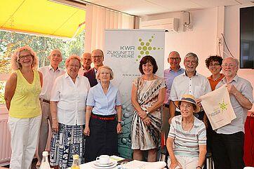 Projektvorstellung im KWA Parkstift Rosenau in Konstanz; auf dem Bild: KWA Zukunftspioniere mit Projektleiterin Prof. Dr. Martina Wegner (rechts vor Display), dem Projektverantwortlichen Thomas Schurr (rechts am Display), KWA Vorstand Dr. Stefan Arend (links am Display) und Gäste