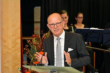 KWA Vorstand Dr. Stefan Arend bei seiner Ansprache zu 50 Jahren KWA Wohnstift und 50 Jahre KWA Georg-Brauchle-Haus.
