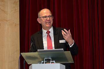KWA Vorstand Dr. Stefan Arend führte ins Thema des 18. KWA Symposiums ein: Kassensturz.
