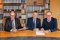 Unterzeichnung der Kooperationsvereinbarung bei KWA in Unterhaching, von links: Horst Schmieder (KWA Vorstand), Prof. Dr. Horst Kunhardt (Vizepräsident THD), Dr. Stefan Arend (KWA Vorstand). Foto: KWA / Sieglinde Hankele