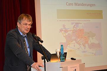 Prof. Dr. Thomas Klie moderierte das KWA Symposium, das im Jahr 2016 unter dem Thema stand: Transnationale Pflegekräfte - Wer pflegt Deutschland?