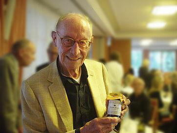 Auch Talk-Gast Edzard Reuter bekam Geschenke, unter anderem ein Glas Schwarzkirsch-Konfitüre, überreicht von Rolf Ditting