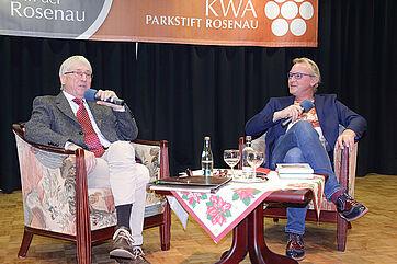 Moderator Stephan Schmutz (links) und Gast Daniel Groß auf der Talk-Bühne im KWA Parkstift Rosenau in Konstanz