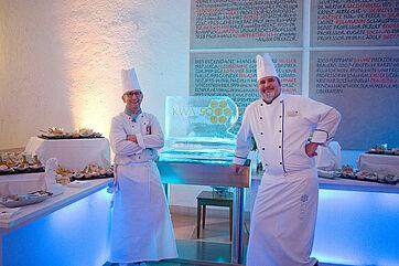 Georg Tragenkranz (links, Bereichsleiter Küche) und Christian Hennerbichler (Küchenleiter im KWA Stift Rottal) mit einer Eisfigur, die das 50-Jahre-KWA Logo trägt. --- Fotos: Anton Krämer. Mit einem Klick lassen sich die Bilder vergrößern.