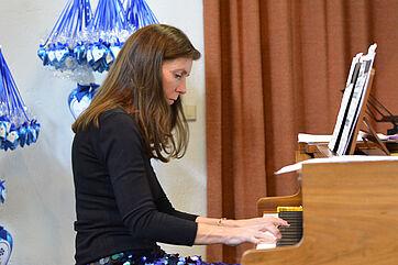 Nicole Heartseeker am Klavier
