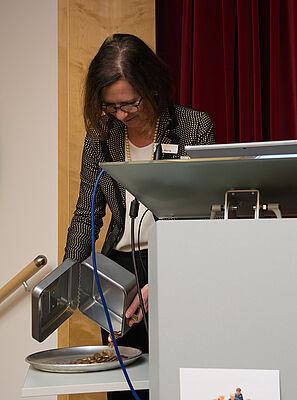 Gastgeberin Petra Werle, Stiftsdirektorin im KWA Georg-Brauchle-Haus, zelebrierte den Kassensturz im Rahmen ihrer Begrüßung.