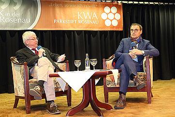 EnBW-Manager Andreas Renner auf der Talk-Bühne im KWA Parkstift Rosenau in Konstanz. Links im Bild: Talk-Moderator Stephan Schmutz