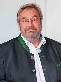 KWA Vorstand Horst Schmieder (links) verabschiedet den langjährigen Leiter des KWA Bildungszentrums, Karl-Heinz Edelmann mit einem Geschenkkorb in den wohlverdienten Ruhestand. Dallmayr-Spezialitäten sollen die Zeit überbrücken, bis richtig gefeiert werden kann: und zwar dann in Pfarrkirchen, am langjährigen Ort seines Wirkens.