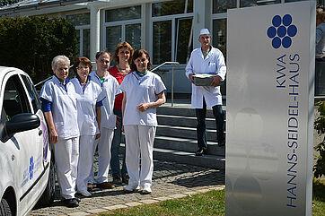 Mitarbeiter des ambulanten KWA Pflegedienstes sowie Mitarbeiter des Menüservices, hier vor dem KWA Hanns-Seidel-Haus in Ottobrunn