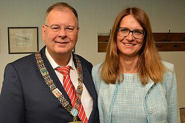 Erster Bürgermeister Wolfgang Panzer und Hausleiterin Alexandra Kurka-Wöbking, beim Jubiläum im KWA Stift am Parksee in Unterhaching